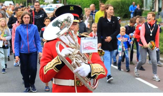 De wandelaars werden feestelijk ingehaald met muziek van Showkorps Wilhelmina en Egt Herrie. Foto: Coen Boom Fotografie