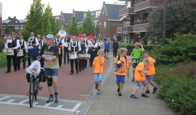 Johan Tijink ging tijdens de intocht van de Lochemse 4 daagse lopent met de fiets voorop. De LEO organiseert ook palmpasenoptocht, wandelingen en kaartavonden. (Foto: Arjen Dieperink)
