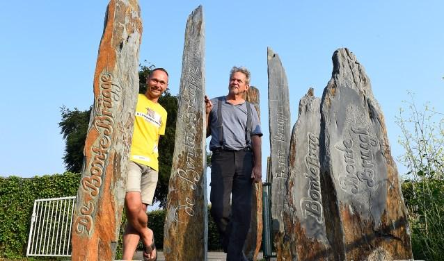 Het Bontebrug monument, met links Ivor Helmink van belangenvereniging Bontebrug en Henk Welling. (foto: Roel Kleinpenning)
