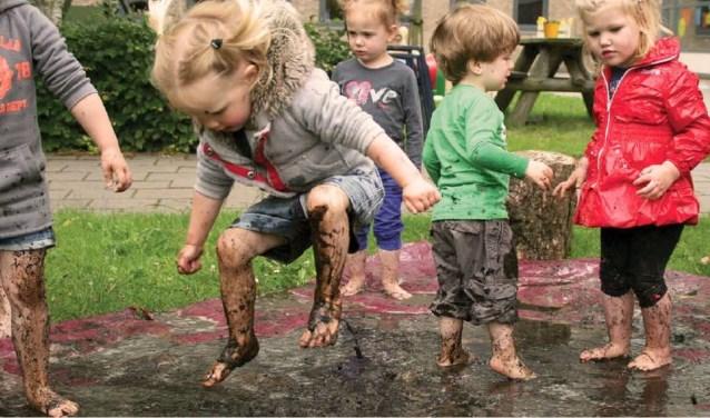 Kinderen ontdekken op ModderDag hoe het leuk is om in de modder te spelen.