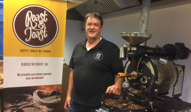 Aart van Ravenswaaij staat hier trots in zijn 'werkplaats' tussen de koffiebonen van Roast N Toast. (Foto: Sanne Westerterp)