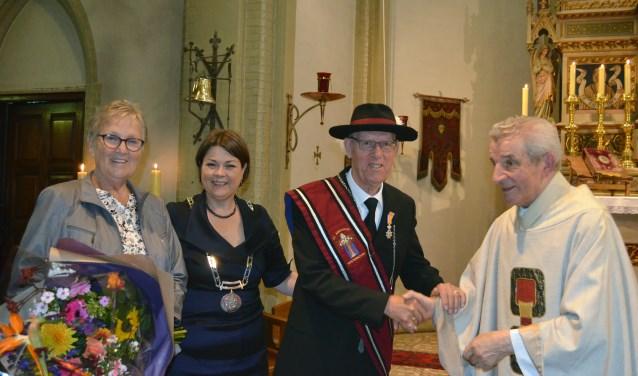 Mw. Van Kruijsdijk, burgemeester Callewaert-de Groot, Frans van Kruijsdijk en Pastoor Rijkers van Westerhoven en Riethoven.