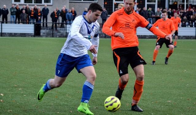Ruben Maas (links op de foto) op weg naar weer een doelpunt voor Cluzona.