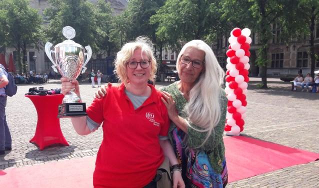 Paulien (links) kreeg de Kanjerbeker uit handen van Cis. (Foto: PR)