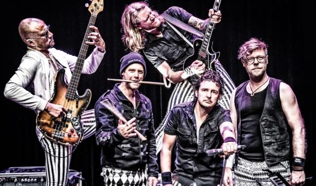 Hippe Gasten verzorgen een spiksplinternieuwe show in het Openluchttheater033. (Foto: Maaike van Esch)