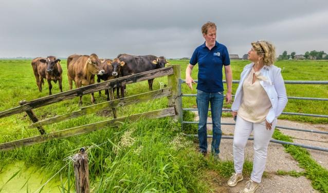 Rutger Hennipman leidde de wethouder rond op de boerderij en door de landerijen FOTO: Hans Lebbe