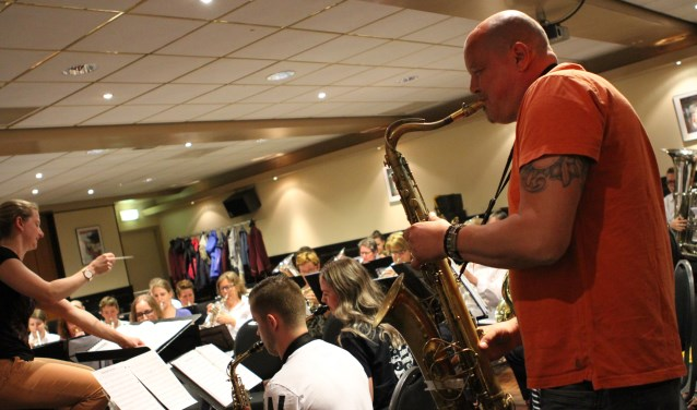 BZB-saxofonist Robert van Asseldonk repeteerde een keer met fanfare St. Willibrordus. FOTO: Ad Adriaans.