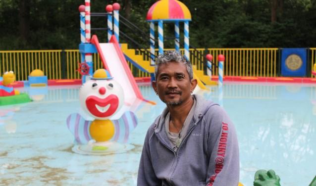 Achter beheerder Jhonny Siman is het zwembad van speeltuin Meiveld te zien. Dé trekpleister voor veel kinderen. FOTO: MARIT JANSEN VAN GALEN