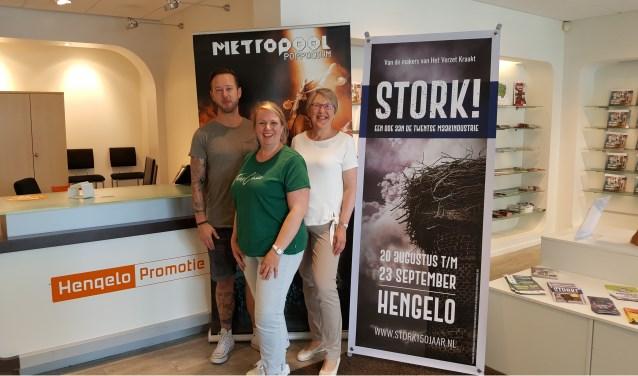 Steven Hignell van Metropool, Nienke Klein Wolterink en gastvrouw Christine van Hengelo Promotie helpen je graag met een fysiek kaartje voor STORK!