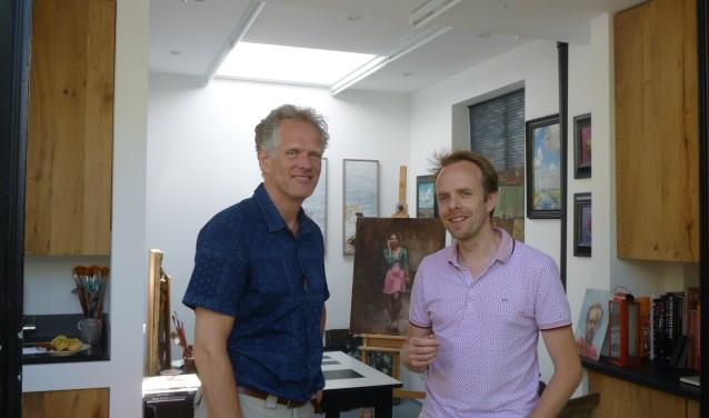 Onno Gerritse en Bastiaan Berends in het atelier van Berends. Het werk van de kunstenaars is te zien tijdens de atelierroute. (Foto: Julie van Rooij)