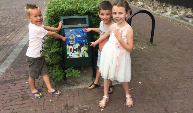 3 kinderen van CBS De Rank bij een van hun kunstwerken