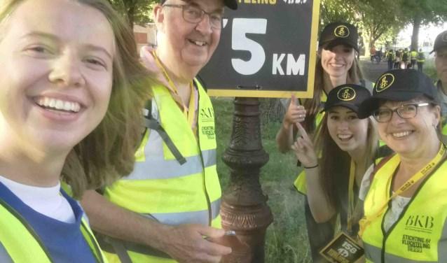 Een deel van de 20 km-ploeg van Amnesty Amersfoort passeert de 5 km. v.l.n.r. Catherine Raet, Gerrit Sepers, Romana Diebels, Leanne Kok en Bianca Diebels
