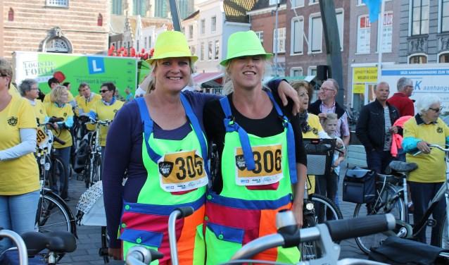 """Astrid en Esther staan klaar voor de start van de Ladies Night Ride: """"Bijzonder dat dit is ontstaan."""" FOTO: Leon Janssens"""