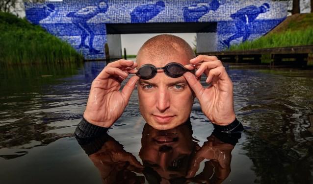 Maarten van der Weijden Zijn ultieme doel is het zwemmen van de 11stedentocht. Bijna 200 km zwemmen langs 11 steden in Friesland. Een unieke prestatie en een uniek evenement, tien jaar nadat hij een gouden medaille won op de Olympische Spelen in Beijing!  foto Elfstedenbrug Gytsjerk