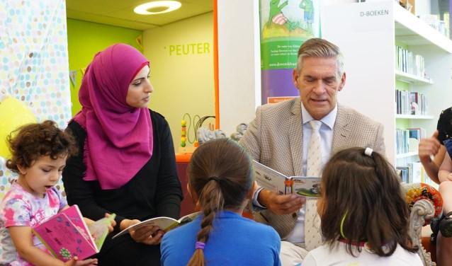 De burgemeester en Walaa Khalili lezen om de beurt voor. FOTO: Ellis Plokker