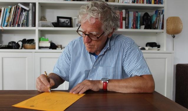 Oprichter en tekenaar Dolph Paulsen van de Stichting Tekenen voor Kinderen. FOTO: Lydia van der Meer
