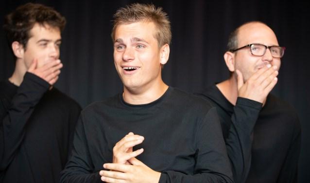vlnr: Jip Rijpers, Jaïr van der Laan en Igor Memic, acteurs bij Theaterwerkplaats Tiuri, tijdens een repetitie voor de voorstelling Op zoek naar ík