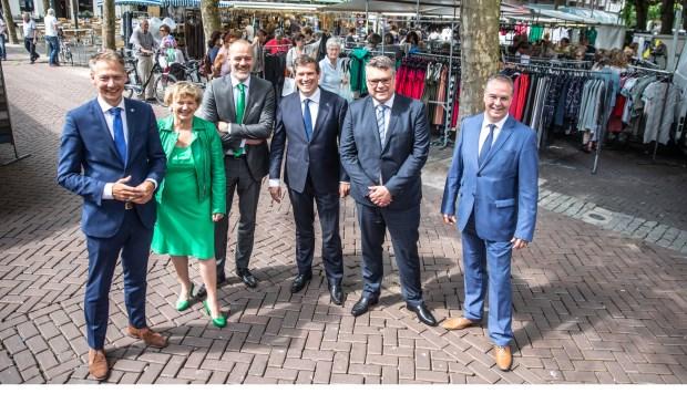 De wethouders van het nieuwe college. Van links af Michiel van Willigen,Monique Schuttenbeld, Klaas Sloots,Rene De Heer, Ed Anker en William Dogger (foto: Frans Paalman)