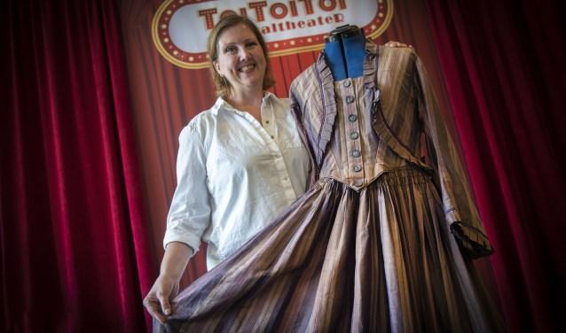 Eilhlin ten Hoopen met haar originele Elisabeth-jurk. Foto: Ronald Stam