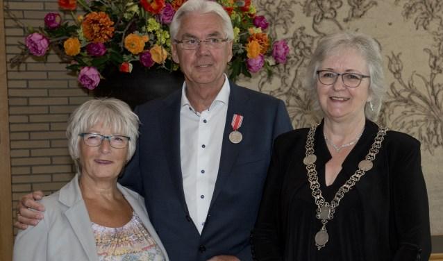 Willem de Roodt werd onderscheiden met de zilveren meidaillevan het Carnegie Heldenfonds (Foto: Otto Goedhart)