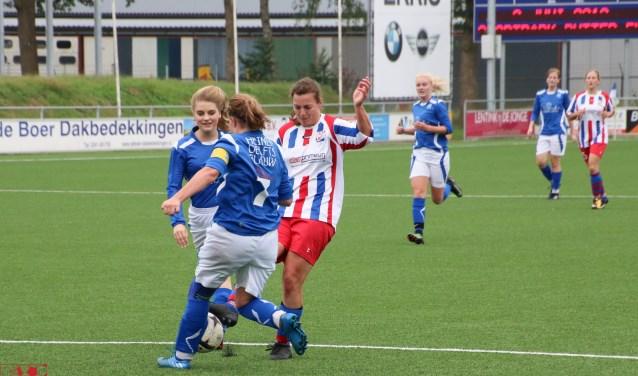 Hilde Heijnemans (Ulftse Boys) wordt gehinderd om te scoren