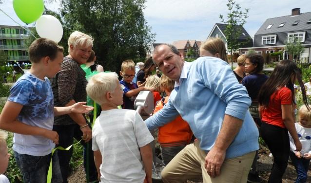 Wethouder Gert-Jan Schotanus verrichte de openingshandeling  door samen met kinderen de waterpomp in gebruik te nemen. Links staat Gerda Bonninga, coördinator van het natuureiland Pampus.