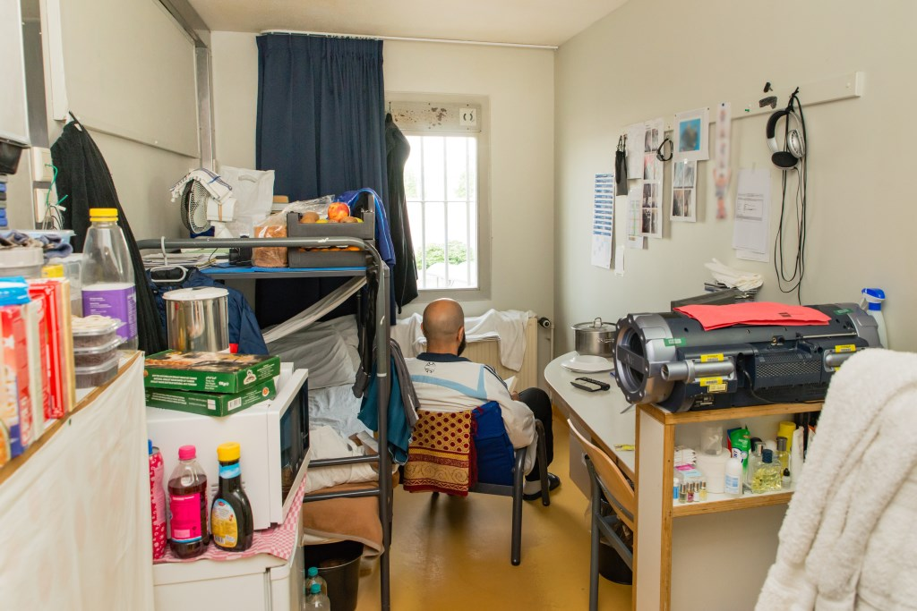 Gedetineerde Nordin in zijn cel die hij zo huiselijk mogelijk gemaakt heeft.  Foto: Bram Corstjens © Persgroep
