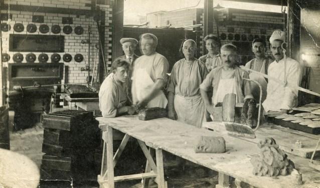 Bakkers van coorperatie De Eendracht aan het Verlaat - Gelders Veenendaal (nu een wereldrestaurant/Italiaan) - op deze niet eerder gepubliceerde foto uit omstreeks 1926. Vijfde van links (met snor) is Job van de Pol. (Coll. Jaap van de Pol)
