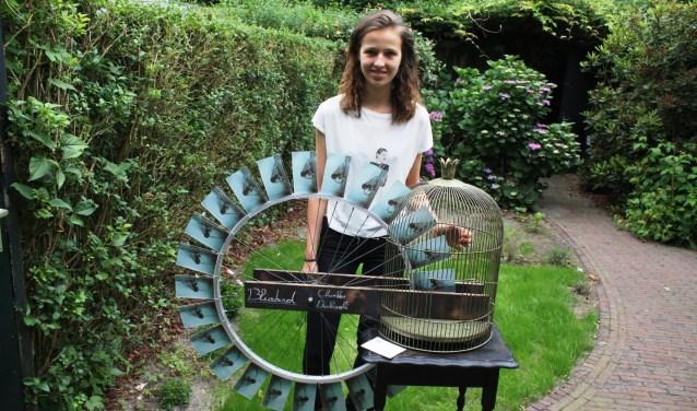 Elsa Heesemans met haar 3D-kunstwerk dat is geïnspireerd op Charles Bukowski's Bluebird.