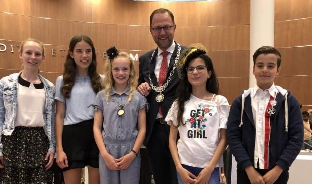 Tess Huijsmans (derde van links) is de nieuwe kinderburgemeester. Foto: Milo Schoenmaker