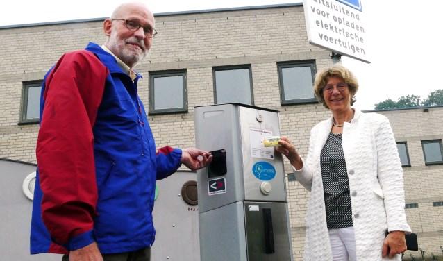 Ton Holtslag en Agnes Brinkhof van Duurzaam Diepenveen vertellen dat elektrisch autorijden steeds haalbaarder wordt.  ''De kosten van de accu's dalen en je komt steeds verder met een elektrische auto.''(Foto: Auke Pluim)