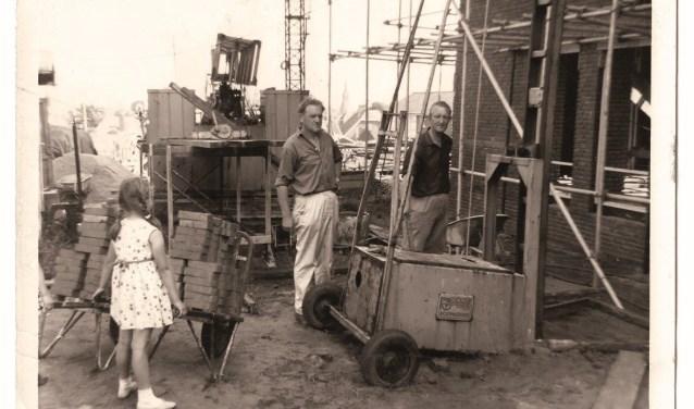 De bouw van de Zuiderkerk. In het midden (met de witte broek) de latere ouderling J.R. van den Noort.