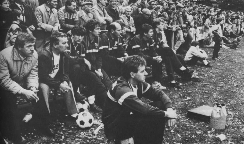 George Peeters, op de voorgrond zittend op een bal, was trainer van Pax toen de club Haarlem trof. Foto Henk Westerveld