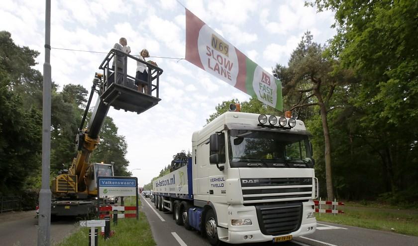 Er is in het verleden al vaak tegen het denderende vrachtwagenverkeer over de N69 geprotesteerd. FOTO: Jurgen van Hoof.