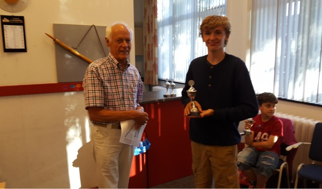 Jeugdleider Jan Wouters huldigde de kampioenen. Op de foto Johan Hoksbergen.
