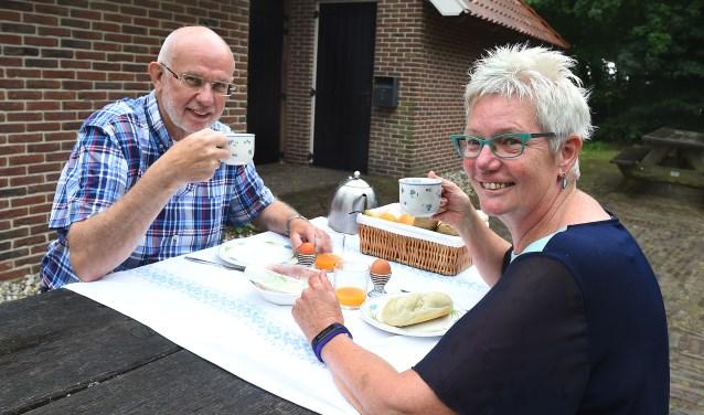 Adrie Bout en Corrie van Liere van Varssevelds Belang aan het ontbjit. Ter ere van het 100-jarig jubileum houdt Varssevelds Belang een dorpsontbijt bij Hofshuus in Varsseveld. (foto: Roel Kleinpenning)