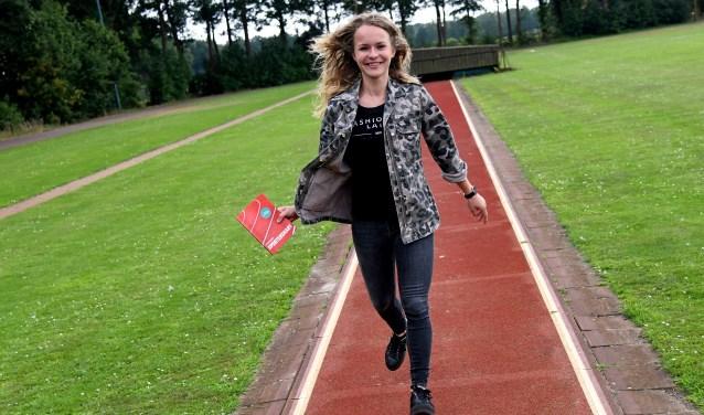 Lenne Jansen tevreden over het proefexemplaar van haar boek. Foto: Jan Wijten