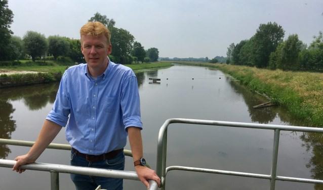 Hans Koekkoek bij de stuw in de Essche Stroom. Uit nieuwe berekeningen blijkt dat door veranderingen van het klimaat de dijk langs de Essche stroom tussen de spoorlijn en de stuw bij Esch met zo'n 70 tot 80 centimeter moet worden verhoogd.