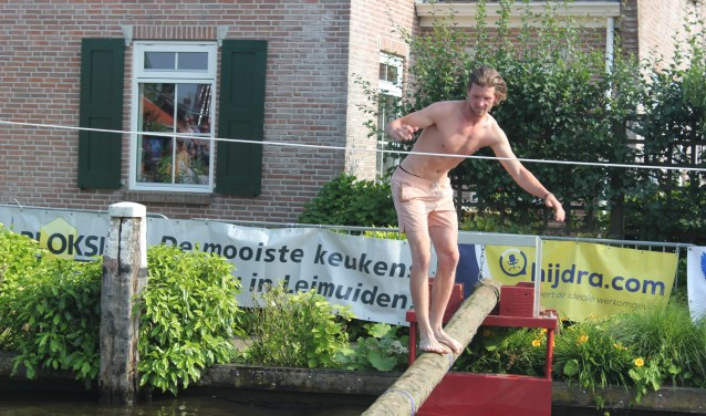 Deelnemer Roel Vernooy balanceert op de spriet.