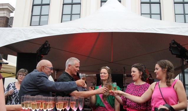 Een toast wordt uitgebracht door Wethouder Henk Wiltink, Jan ter Haar, de wijnkoningin en haar prinsessen.