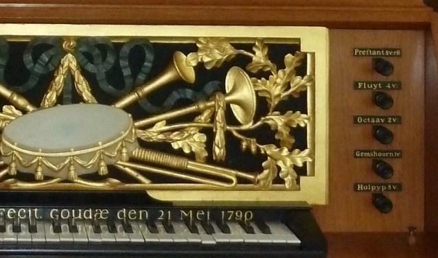 Klavier, registerknoppen en sierbord van het kabinetorgel