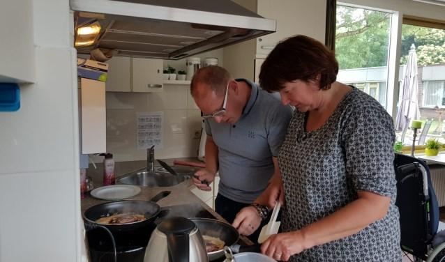 Medewerkers Succlean B.V. bakken pannenkoeken voor de bewoners