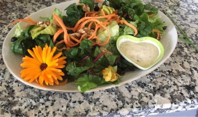 De blaadjes van de goudsbloem kun je eten en zijn heerlijk bij een salade.