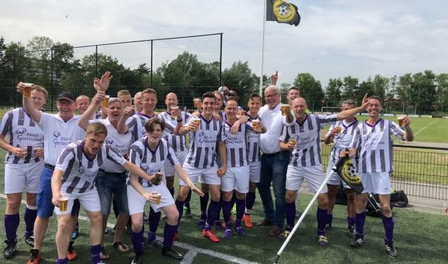 Gorinchem is opnieuw kampioen van Nederland bij de voetballende ambtenaren. Op de foto ondermeer de spitsen Quincy Bartens (GJS) en Youri Duyzer van vv Woudrichem. Foto: organisatie Gorinchem.