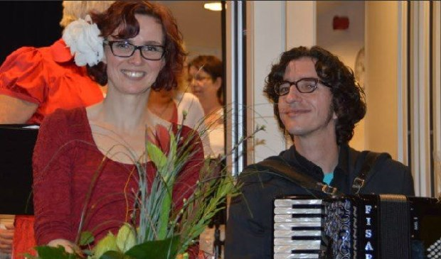 Margriet Bruggemans en Reinder van Raalte treden op tijdens de boekenmarkt bij de Kringloop.