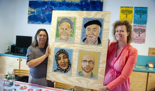 Peggy Knobel van Copernikkel en kunstenares Lonneke Kerkhoven bij de eerste vier portretten. Op de achtergrond een schilderij van Ben Acket.