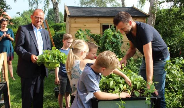 Wethouder Piet Vat nam de oogst in ontvangst. (Foto: Ria Scholten)