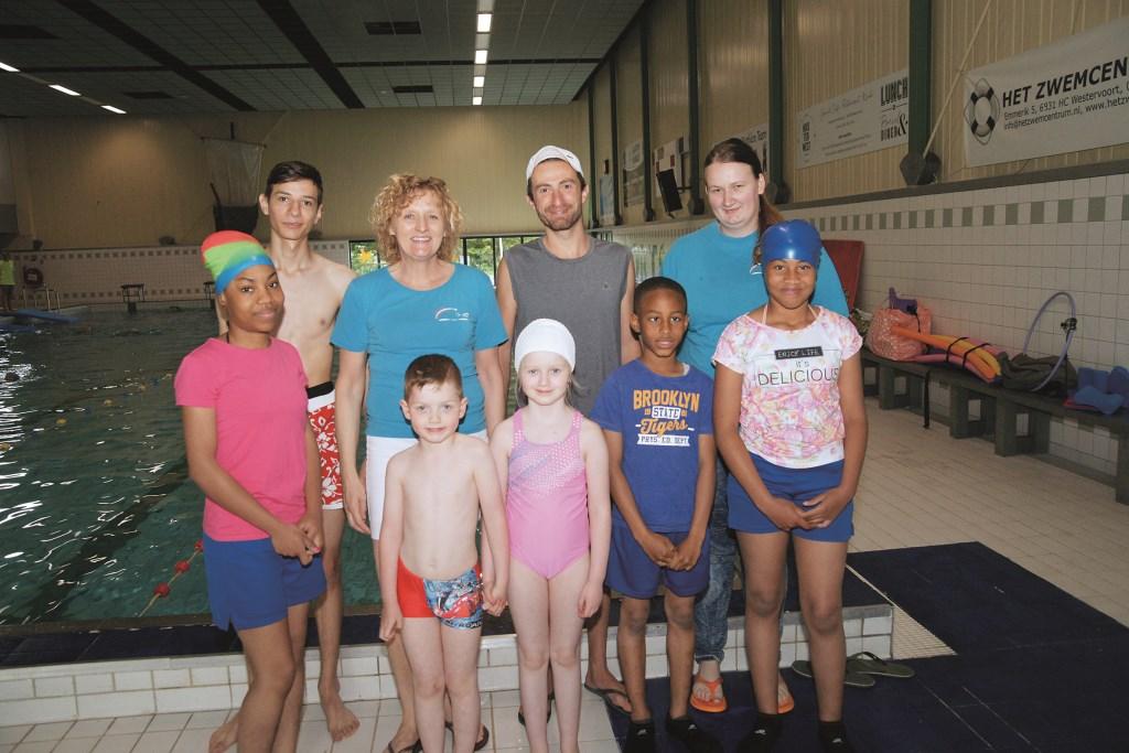 Linda van Hummel (achterste rij tweede van links) met naast haar Omar Shwekani en Esmee Sowald, en enkele leden van Swimkick Westervoort.