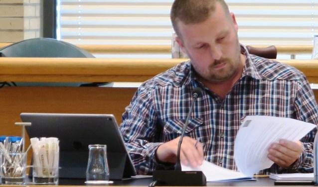 Wethouder Henk van Os debatteert voor het eerst na de vorming van het nieuwe college met de raad. (foto GvS)