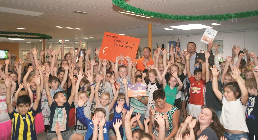 Alle kinderen van IKC De Hoge Hoeve zijn blij met de grote opbrengst van de kunstveiling.